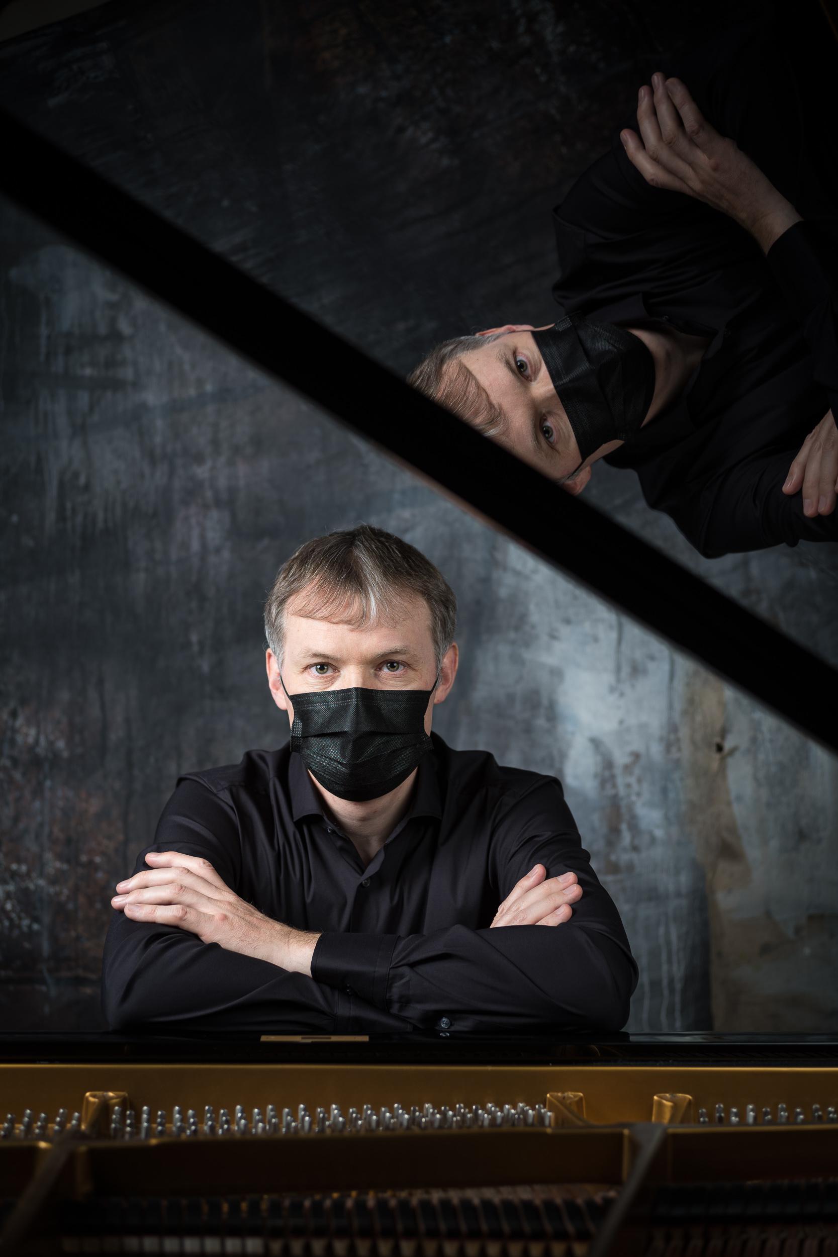Reto Reichenbach Porträt mit Maske